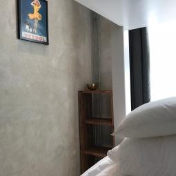 Sovrum med dubbelsäng och loftsäng